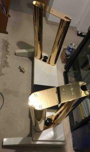 Spieltischunterteil mit den fertigen Goldsäulen vor Einbau der Pistons
